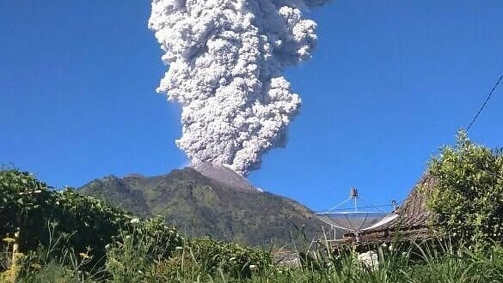Bandara Adisutjipto ditutup sejak siang menyusul erupsi Gunung Merapi.