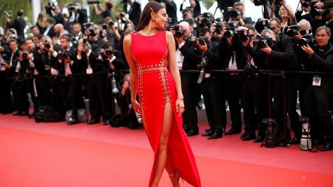 Festival film ke-71 yang tahun ini berlangsung dari 8-19 Mei itu dihadiri sejumlah aktris dan model yang turut meramaikan riuh suasana. Di antaranya tampak model Irina Shayk dengan gaun merah Atelier Versace yang sensual saat hadir di pemutaran film 'Sorry Angel', Kamis (10/5). (REUTERS/Stephane Mahe)