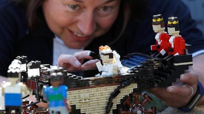 Lego sosok Markle sendiri menggunakan 60 balok. Itu termasuk gaun dan tudungnya. (REUTERS/Peter Nicholls)