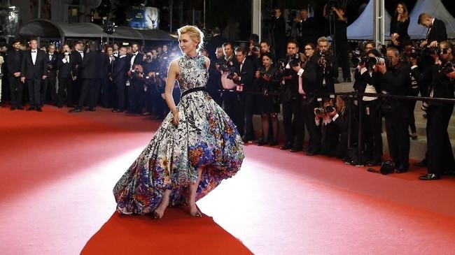 Sejumlah selebriti mengubah karpet merah Festival Film Cannes 2018, di Perancis menjadi seolah runway peragaan busana. Aktris Cate Blanchett yang tahun ini didapuk sebagai ketua juri, memukau dengan gaun custom Mary Katrantzou saat berjalan di pemutaran film 'Cold War', Kamis (10/5). (REUTERS/Stephane Mahe)