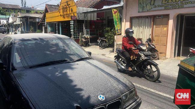 Hujan Abu Guyur Sebagian Yogyakarta Akibat Erupsi Merapi