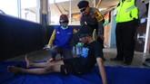 Petugas medis memberikan pertolongan pertama kepada seorang pendaki di Selo, Boyolali, Jawa Tengah, Jumat (11/5). (ANTARA FOTO/Aloysius Jarot Nugroho)