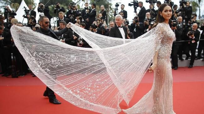Pada pemutaran film 'Sorry Angel', Araya Hargate tampil bak 'dewi' dengan busana putih transparan yang anggun serta elegan. Ia mendapat 'bantuan' yang membuatnya tampak bersayap. (REUTERS/Stephane Mahe)