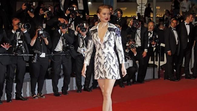 Pada pemutaran film 'Cold War', aktris Lea Seydoux, yang tahun ini juga jadi juri di Festival Film Cannes tampil 'simple' tapi mengesankan. Mini dress bermotif dari Louis Vuitton dengan belahan dada rendahnya cukup menjadi sorotan. (REUTERS/Jean-Paul Pelissier)
