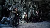 Prajurit muda Ukraina beristirahat pada sebuah patung setelah ia berparade di museum udara terbuka Perang Dunia II di Kiev. Sekitar 700 prajurit militer Ukraina mengambil bagian dalam parade untuk mengingat hari kemerdekaan tersebut. (AFP PHOTO / Sergei SUPINSKY)