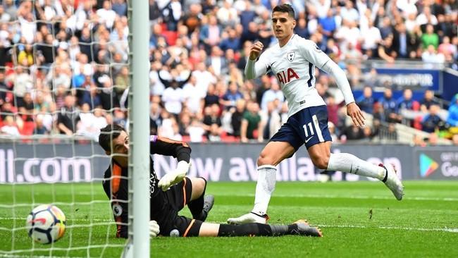 Tottenham Hotspur berhasil mengamakan posisi tiga besar setelah mengalahkan Leicester City 5-4 di Stadion Wembley. Winger Spurs Erik Lamela mencetak satu gol di laga ini. (REUTERS/Dylan Martinez)