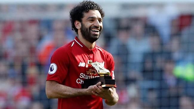 Usai pertandingan winger Liverpool Mohamed Salah menerima penghargaan sepatu emas karena menjadi top skor Liga Inggris 2018 dengan torehan 32 gol. (Reuters/Carl Recine)