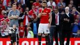 Kapten Manchester United melakukan pidato usai mengalahkan Watford 1-0 di Stadion Old Trafford. Carrick menjalani pertandingan terakhir sebagai pesepakbola setelah memutuskan pensiun akhir musim ini. (Reuters/Jason Cairnduff)