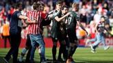Para penggemar Southampton berusaha melakukan selfie dengan bintang Manchester City seperti Kevin De Bruyne dan John Stones. Man City menang 1-0 atas Southampton lewat gol telat Gabriel Jesus. (REUTERS/David Klein)
