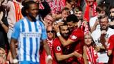 Dua pemain Liverpool Dominic Solanke dan Mohamed Salah merayakan gol ke gawang Brighton & Hove Albion. Liverpool menang 4-0 dan mengamankan posisi empat besar Liga Inggris 2018. (REUTERS/Phil Noble)
