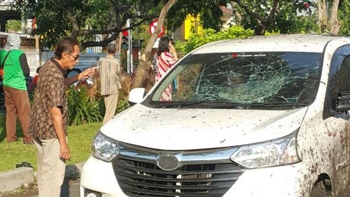 Laporan terkini menulis korban jiwa mencapai 11 orang dan setidaknya 41 orang terluka akibat ledakan bom di tiga gereja di Surabaya
