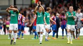 Para pemain West Bromwich Albion memberi ucapan terima kasih kepada penggemar setelah kalah dari Crystal Palace 0-2 di Selhurst Park. WBA merupakan penghuni dasar klasemen Liga Inggris 2018. (Reuters/Matthew Childs)