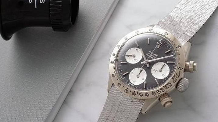 Berlapis emas putih 18 karat, jam yang diproduksi terbatas ini dikenal dengan julukan