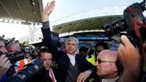 Arsene Wenger melambaikan tangan ke arah suporter usai Arsenal mengalahkan Huddersfield Town 1-0 di Stadion John Smith. Ini adalah pertandingan terakhir Wenger sebagai manajer Arsenal. (Reuters/Andrew Boyers)