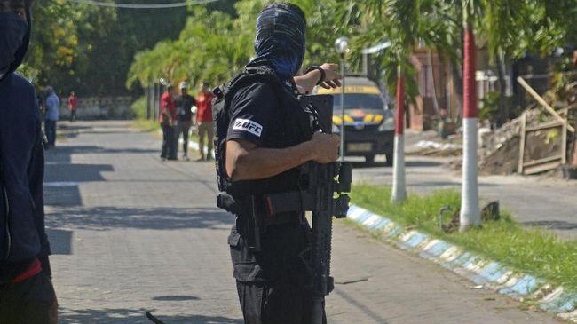 Densus Baku Tembak dengan Kelompok Teror di Surabaya