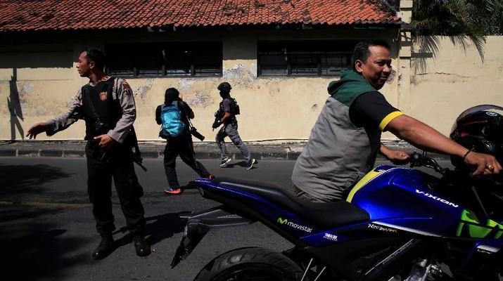 Aksi teror yang terjadi di Riau pada hari ini disebut-sebut mendapat dukungan dana dari salah seorang pegawai BUMN, yakni pegawai PT PLN (Persero).