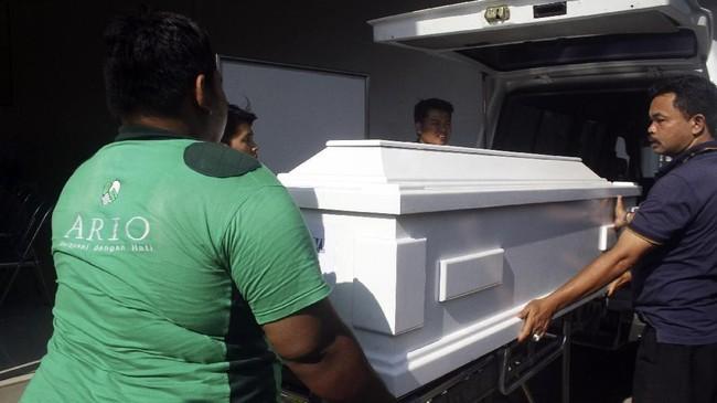 Para pria mengangkat peti jenazah Mayawati di Rumah Persemayaman Gotong Royong, Malang, Jawa Timur, Senin (14/5). Mayawati adalah salah satu jemaat Gereja Santa Maria Tak Bercela yang menjadi korban ledakan bom setelah sempat dirawat di Rumah Sakit Bhayangkara selama 12 jam. (ANTARA FOTO/Ari Bowo Sucipto)