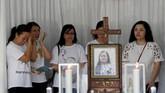 Kerabat dari Martha Djumani, korban rentetan teror bom di Surabaya tak kuasa menahan air mata sebagai tanda kehilangan.(REUTERS/Beawiharta)