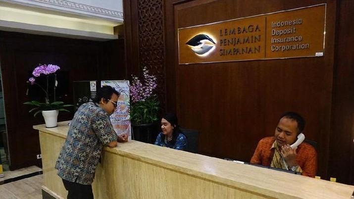 OJK mencabut izin usaha PT BPR Mega Karsa Mandiri di Depok.