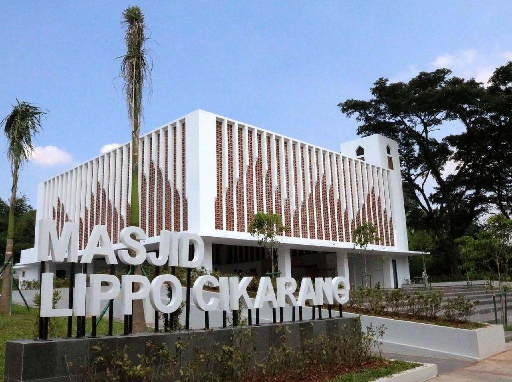 Masjid Lippo Cikarang dibangun di atas lahan seluas 3.500 meter persegi berlokasi di Perumahan Taman Lembah Hijau Lippo Cikarang dengan total luas bangunan sebesar 800 meter persegi yang berkapasitas sekitar 900 jamaah yang terbagi menjadi indoor dan outdoor. Pool/Lippo Cikarang.