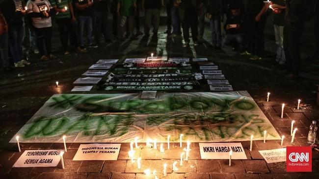 Dalam aksi simpati itu para Bonek menolak dan mengutuk keras aksi terorisme di Indonesia. (CNN Indonesia/Andry Novelino)