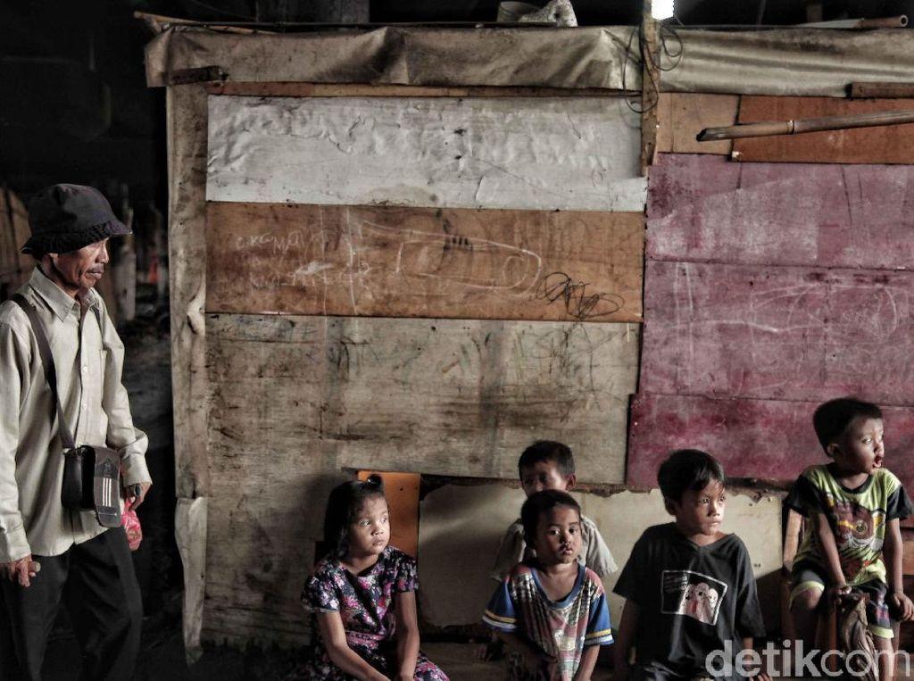 Isu tentang kemiskinan dan manusia kolong bagaikan dua sisi mata pisau. Di satu sisi, sudah menjadi tanggungjawab pemerintah daerah untuk menanggulangi mereka dan membina agar mereka tidak lagi hidup dibawah garis kemiskinan. Namun, di sisi lain kemiskinan sulit untuk dituntaskan jika masih banyak warga daerah yang bermodal nekat datang ke Jakarta tanpa memiliki kemampuan yang kompeten.