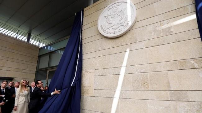 Di tengah kritik dan kecaman internasional, AS akhirnya resmi memindahkan kedutaan besar untuk Israel ke Yerusalem. (REUTERS/Ronen Zvulun)
