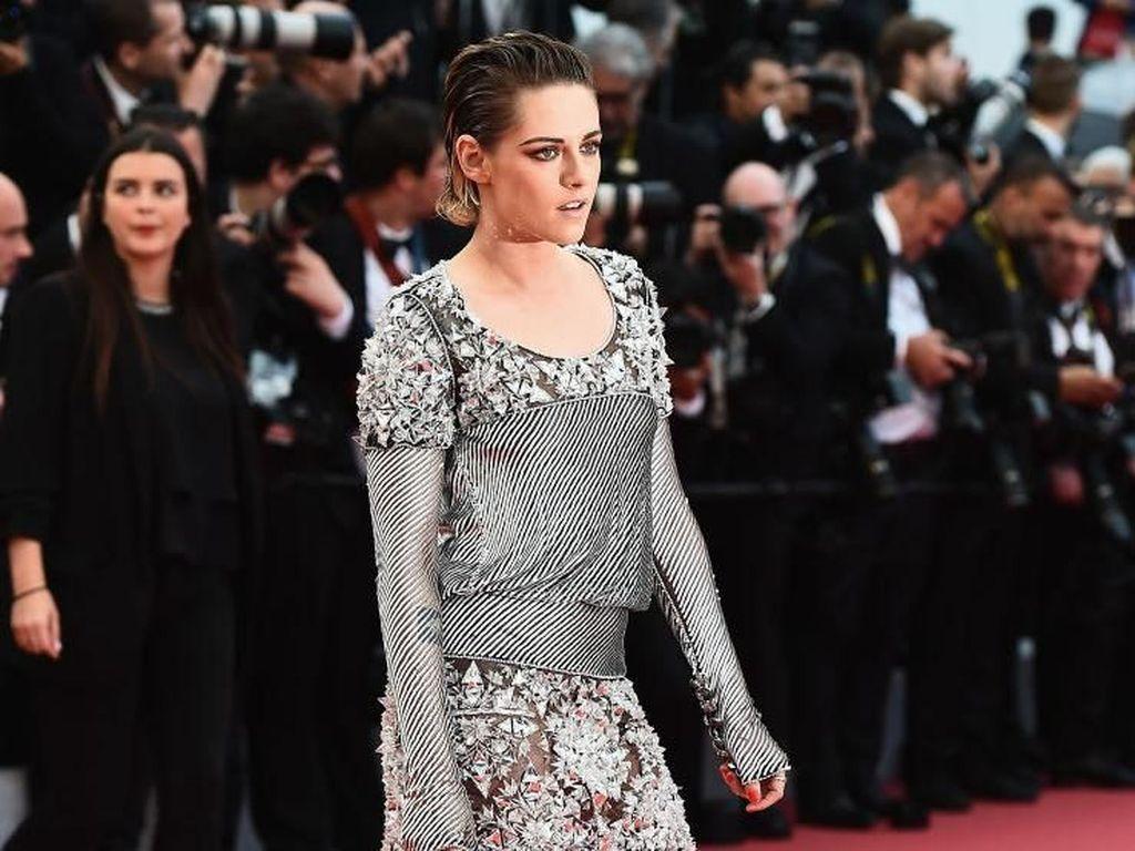 Aksi Tak Terduga Kristen Stewart Copot Sepatu di Red Carpet Cannes