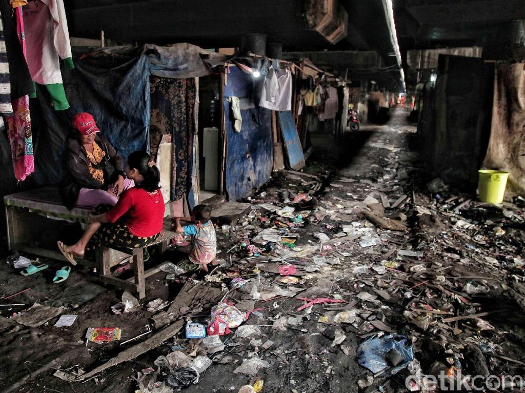Fenomena manusia kolong masih dapat dijumpai di pinggiran kota Jakarta. Salah satunya ada sejumlah warga yang bermukim dan tinggal dibawah kolong tol Tanjung Priok, Papanggo, Jakarta Utara, Selasa (15/5).