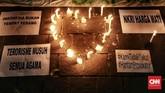 Lilin dengan bentuk 'Love' menyala dalam aksi simpati Bonek. Laga Persebaya vs Persib di Stadion GBT yang semula dijadwalkan akhir pekan ini akhirnya diputuskan ditunda karena tidak mendapat izin kepolisian menyusul teror bom di Surabaya. (CNN Indonesia/Andry Novelino)