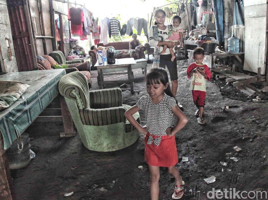 Karena hidup di Jakarta tidak hanya berisi gemerlap ibukota tetapi juga perjuangan. Seperti apa kata pepatah, siapa yang kuat itulah yang akan bertahan. Pepatah tersebut secara sederhana dapat menjelaskan fenomena manusia kolong yang masih banyak ditemui di Utara Jakarta.
