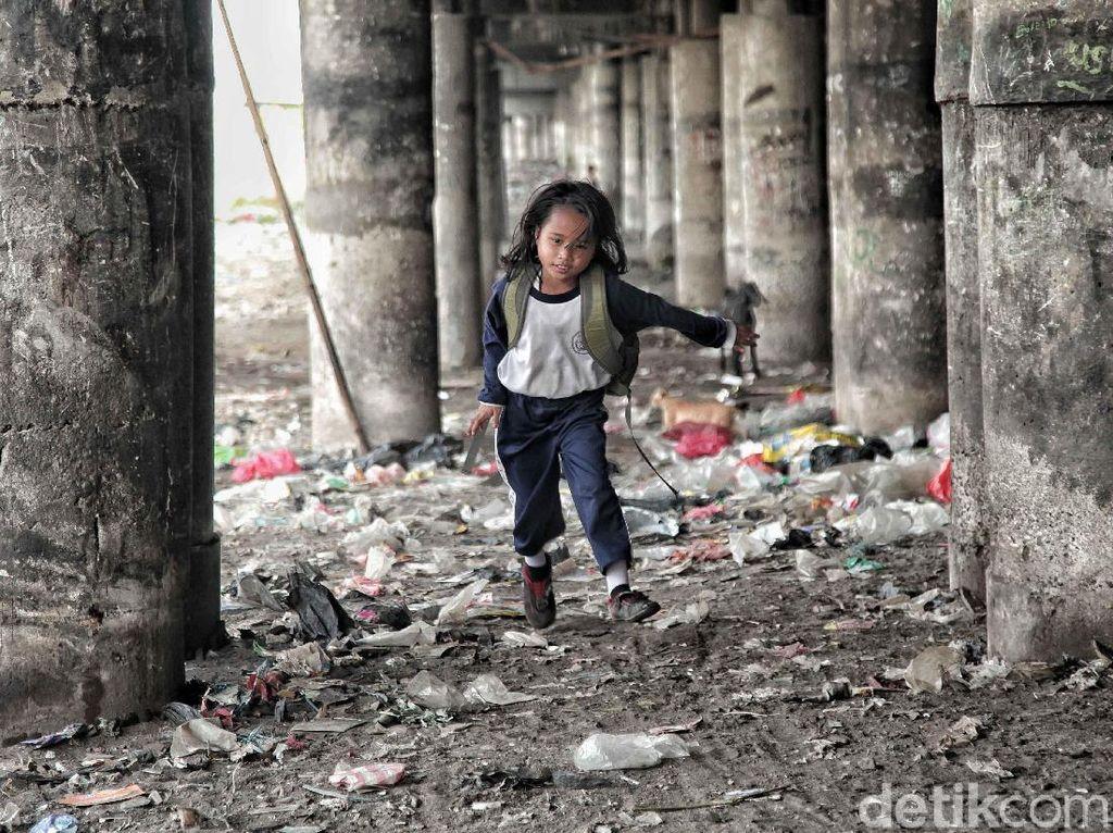 Hidup bersama dengan sampah dan minim fasilitas membuat mereka terbiasa untuk tetap tinggal meskipun sebenarnya mereka tahu bahwa tanah yang mereka tinggali merupakan tanah milik negara dengan ancaman penggusuran jika pemerintah menindaklanjuti kawasan tersebut.