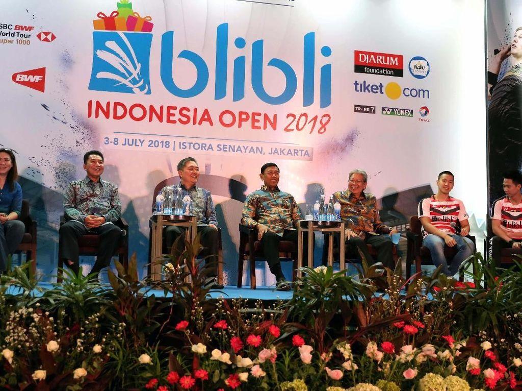 Ketua PBSI Wiranto (tengah) memberi keterangan pers mengenai Blibli Indonesia Open 2018 di Jakarta, Senin (14/5).