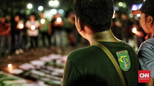 Koordinator lapangan Bonek, Tubagus Dadang Kosasih, sebelumnya mengatakan Bonek juga bagian dari masyarakat sehingga memiliki kewajiban untuk membantu.  (CNN Indonesia/Andry Novelino)