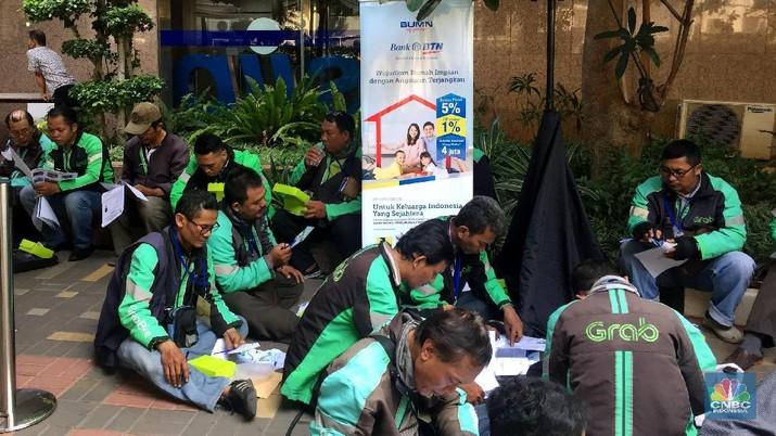 Para Mitra Grab masing-masing mendapat bantuan uang muka sebesar Rp 4 juta dengan angsuran Rp 48.000/hari