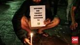 Bonek terbilang cukup aktif memberi kontribusi. Usai teror bom di tiga gereja di Surabaya pada Minggu pagi, Bonek juga ikut menjaga gereja di sekitar Surabaya. (CNN Indonesia/Andry Novelino)