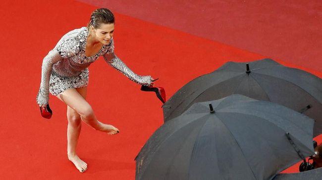 Protes Larangan 'No Flats', Kristen Stewart Nyeker di Cannes