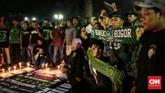 Para Bonek berbelasungkawa terhadap korban teror bom di Surabaya. Terjadi lima ledakan bom di Surabaya dan Sidoarjo sepanjang Minggu (13/5) dan Senin (14/5). (CNN Indonesia/Andry Novelino)