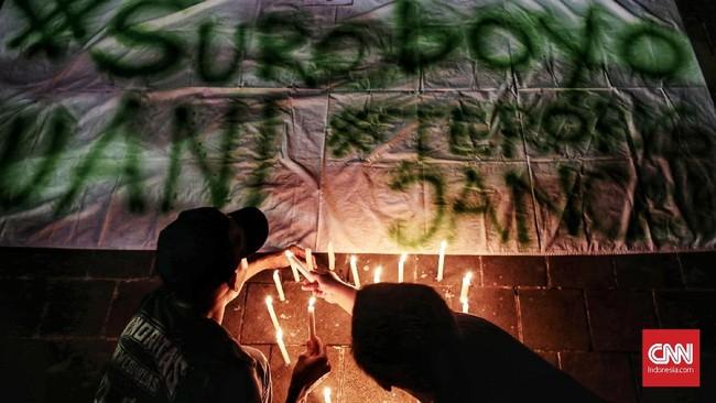 Sejumlah suporter sepak bola khususnya Bonek Persebaya melakukan aksi simpati bakar lilin di Taman Suropati, Senin (14/5) malam). (CNN Indonesia/Andry Novelino)