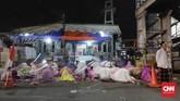 Sejumlah warga menunaikan salat Tarawih pertama di kawasan Pasar Gembrong, Jakarta, Rabu (16/5). Pemerintah telah menetapkan 1 Ramadan 1439 Hijriah jatuh pada esok hari, Kamis (17/5). (CNN Indonesia/Adhi Wicaksono)