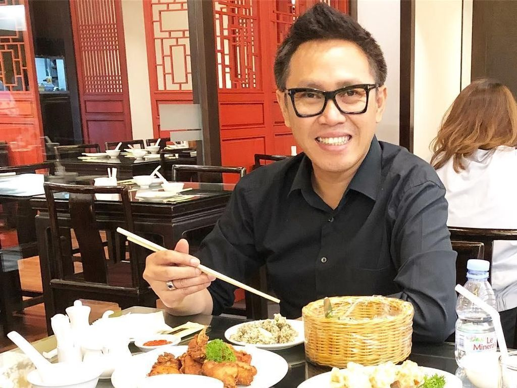 Chinese food merupakan salah satu makanan kesukaannya. Dengan mahir Eko menggunakan sumpit ketika makan siang di sebuah restoran khas China. Foto: Instagram @ekopatriosuper