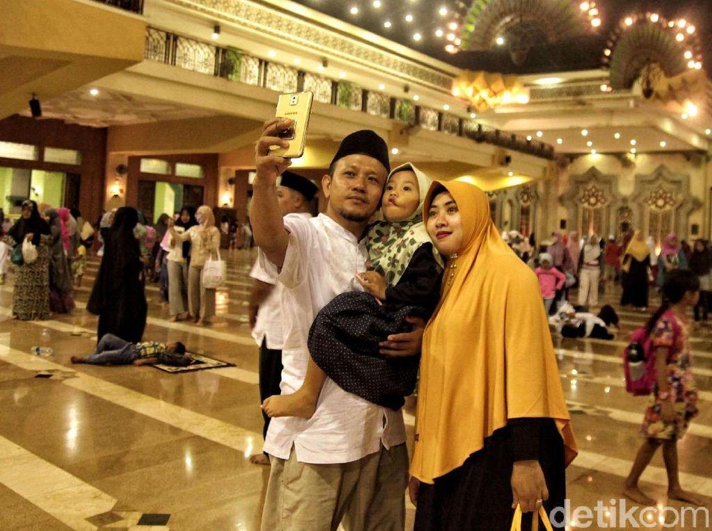 Warga sempat berswafoto di dalam masjid.