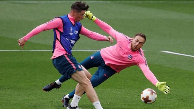 Striker Atletico Madrid Fernando Torres mengasah ketajaman di sesi latihan dengan mencoba membobol kiper Jan Oblak. (REUTERS/Christian Hartmann)