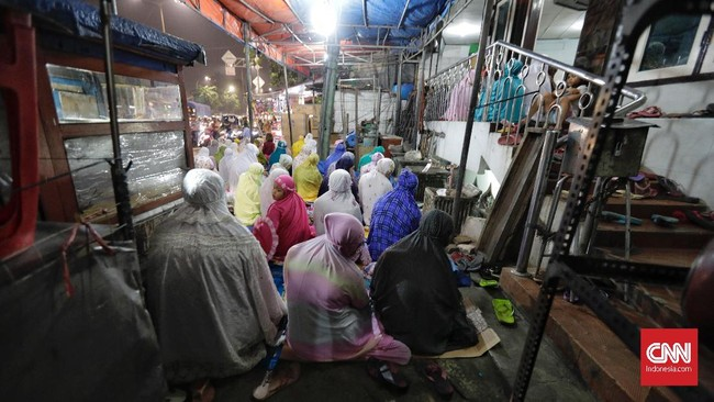 Salat sunah di setiap malam pada bulan Ramadan selepas salat isya, tarawih dapat dilakukan sendiri atau secara berjamaah di masjid. (CNN Indonesia/Adhi Wicaksono)