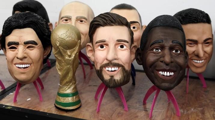 Melihat Pembuatan Topeng Wajah Bintang Sepak Bola Dunia
