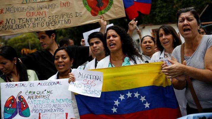 Presiden Venezuela dianggap sebagai penyebab krisis ekonomi.