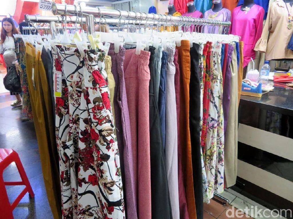 Selain itu, pakaian impor dari China juga dinilai lebih bervariasi dengan model yang bermacam-macam.