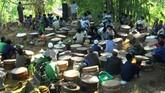 Di Temanggung, Jawa Tengah warga berkumpul membawa Tenong berisi aneka makanan di komplek makam desa untuk tradisi Nyadran Pepunden. Petani melakukannya untuk mengirim doa kepada leluhur sekaligus permohonan kepada Tuhan agar diberi kemakmuran dan kesejahteraan. (ANTARA FOTO/Anis Efizudin)