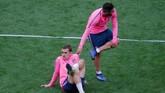 Penyerang Atletico Madrid Antoine Griezmann, berusaha rileks pada sesi latihan jelang pertandingan. Sebagai pemain asal Perancis, Griezmann belum pernah merumput di klub negaranya dalam karier profesional. (REUTERS/Vincent Kessler)