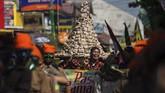 Selain warga yang mengenakan berbagai kostum, ada pula sekelompok orang dengan busana tradisional yang membawa gunungan berupa setumpuk nasi bungkus yang akan dimakan bersama. (ANTARA FOTO/Andreas Fitri Atmoko)